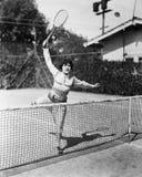 Vrouwelijke tennisspeler die voor schot bereiken (Alle afgeschilderde personen leven niet langer en geen landgoed bestaat Leveran Royalty-vrije Stock Foto's