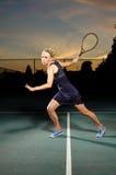 Vrouwelijke tennisspeler klaar om bal te raken Stock Foto's