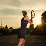 Vrouwelijke tennisspeler klaar te dienen Stock Foto