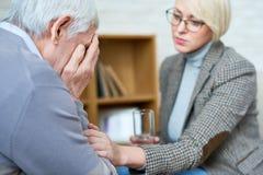 Vrouwelijke Therapeut Comforting Senior Patient royalty-vrije stock afbeelding