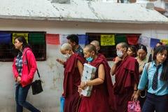 Vrouwelijke Tibetaanse monniken in Boudhanath Stupa in Katmandu, Nepal Stock Afbeeldingen