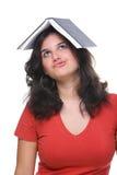 Vrouwelijke tiener bored en die door boek wordt belast royalty-vrije stock afbeelding