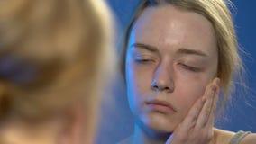 Vrouwelijke tiener die bezinning in spiegel, laag zelfrespect in jonge leeftijd bekijken stock videobeelden