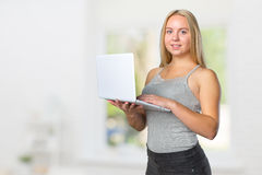 vrouwelijke tiener die zich met laptop bevinden Royalty-vrije Stock Fotografie