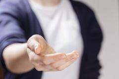 Vrouwelijke tiener tot een kom gevormde hand die iets tonen stock foto