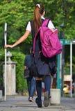 Vrouwelijke Tienerstudent With Bookbag Walking op Stoep stock foto's
