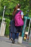 Vrouwelijke Tienerstudent With Bookbag Walking op Stoep royalty-vrije stock afbeelding