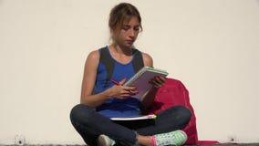 Vrouwelijke Tienerstudent Reading And Studying stock footage