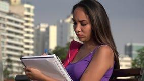 Vrouwelijke Tienerstudent Studying stock videobeelden
