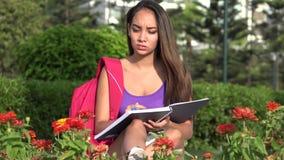 Vrouwelijke Tienerstudent Studying And Thinking stock footage