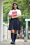 Vrouwelijke TienerStudente Walking On Sidewalk stock foto