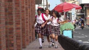 Vrouwelijke tienerstudenten die op stoep lopen stock videobeelden