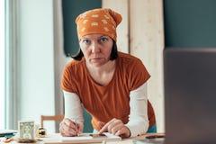 Vrouwelijke timmerman die financi?le berekening doen royalty-vrije stock fotografie