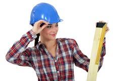 Vrouwelijke timmerman die hout meet Stock Afbeeldingen
