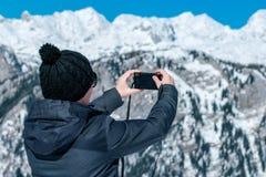 Vrouwelijke toerist die beeld van berglandschap nemen met compact stock afbeeldingen