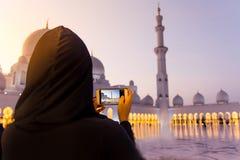 Vrouwelijke toerist die beeld van Sheikh Zayed Grand Mosque nemen royalty-vrije stock fotografie