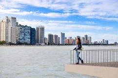 Vrouwelijke toerist die cityscape van Chicago bewonderen stock foto's