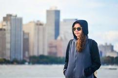 Vrouwelijke toerist die cityscape van Chicago bewonderen royalty-vrije stock afbeelding
