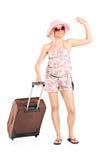 Vrouwelijke toerist die haar bagage dragen Stock Foto