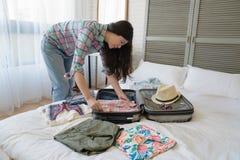 Vrouwelijke toerist die haar koffer voorbereiden royalty-vrije stock afbeelding