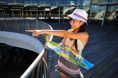 Vrouwelijke Toerist die naar een aantrekkelijkheid richt stock foto