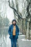 Vrouwelijke toerist die zich in Xiangyang-park op middenhuaihai-weg bevinden Royalty-vrije Stock Afbeeldingen