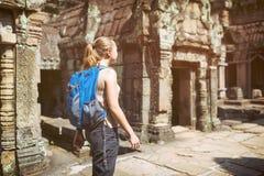 Vrouwelijke toerist en de tempel van Preah Khan in Angkor, Kambodja royalty-vrije stock afbeelding