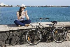 Vrouwelijke toerist met apparaat op kade Royalty-vrije Stock Afbeeldingen
