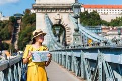 Vrouwelijke toerist met een kaart die Boedapest onderzoeken royalty-vrije stock afbeelding