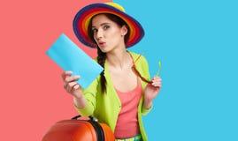 Vrouwelijke toerist met reiskoffer royalty-vrije stock foto