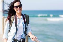 vrouwelijke toerist op pijler stock foto