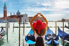 Vrouwelijke toerist op St Teken` s Vierkant in Venetië, Italië Stock Foto