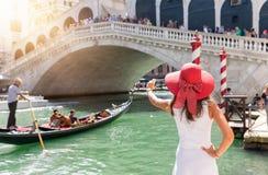 Vrouwelijke toeristen aking beelden van de Rialto-Brug in Venetië, Italië royalty-vrije stock afbeeldingen