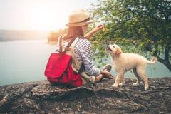 Vrouwelijke toeristen en geliefde honden in mooie aard Stock Afbeelding