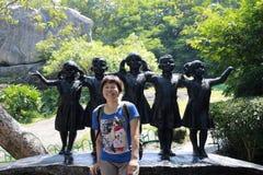 Vrouwelijke toeristen voor het standbeeld van kinderen Royalty-vrije Stock Foto's
