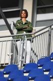 Vrouwelijke toeschouwer bij rasspoor Stock Foto