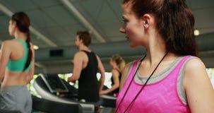 Vrouwelijke trainer die aan camera glimlachen stock videobeelden