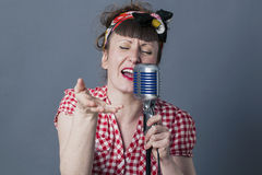 Vrouwelijke tuimelschakelaar en vocale kunstenaar met het retro stijl presteren Stock Foto