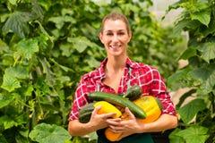 Vrouwelijke tuinman in markttuin of kinderdagverblijf Royalty-vrije Stock Foto's