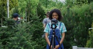 Vrouwelijke tuinman die op camera spreken stock videobeelden