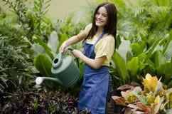 Vrouwelijke tuinman op het werk stock afbeelding