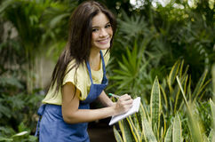 Vrouwelijke tuinman op het werk royalty-vrije stock fotografie
