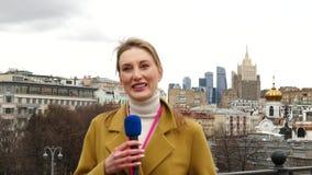Vrouwelijke TV-Verslaggever stock video