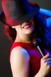 Vrouwelijke uitvoerder bij disco Royalty-vrije Stock Fotografie