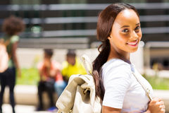 Vrouwelijke universitaire student in openlucht stock fotografie