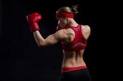 Vrouwelijke vechter in rode handschoenen stock foto's