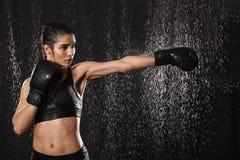 Vrouwelijke vechtersjaren '20 met perfect lichaam in sportkleding en zwarte doos Royalty-vrije Stock Fotografie