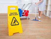 Vrouwelijke veger schoonmakende vloer Royalty-vrije Stock Afbeelding