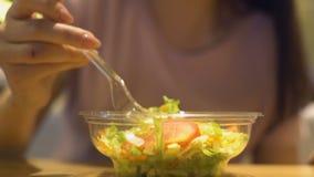 Vrouwelijke vegetariër die organische verse salade in snackbar, gezonde voeding eten stock videobeelden
