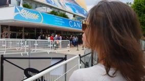 Vrouwelijke ventilator die op idool achter omheining, het Internationale festival van Cannes, close-up wachten stock video